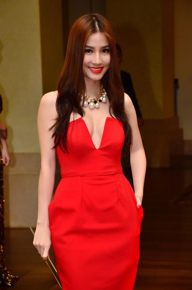 Nữ diễn viên Diễm My 9X nhận được nhiều lời khen ngợi trong bộ váy xẻ ngực màu đỏ nổi bật này