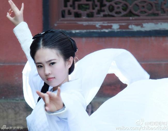 Chiều 27.3, cộng đồng mạng Trung Quốc xôn xao vì bộ ảnh hóa thân thành Tiểu Long Nữ của một nữ sinh tại Vũ Hán.