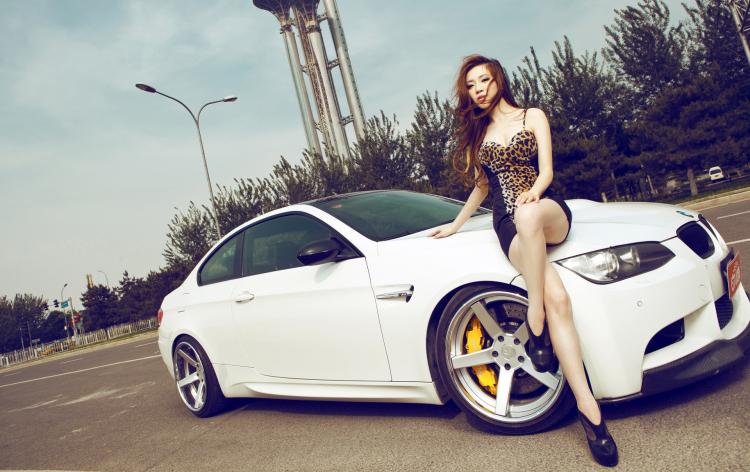 Chân dài tạo dáng tự tin bên chiếc BMW M3 của hãng xe Đức