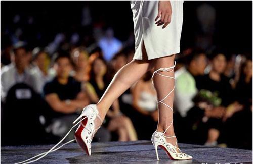 3 kiểu tai nạn dễ gặp của mẫu Việt trên sàn catwalk - 7