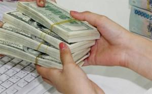 """Giá USD vẫn """"nhảy múa"""" sau tuyên bố không điều chỉnh tỷ giá"""