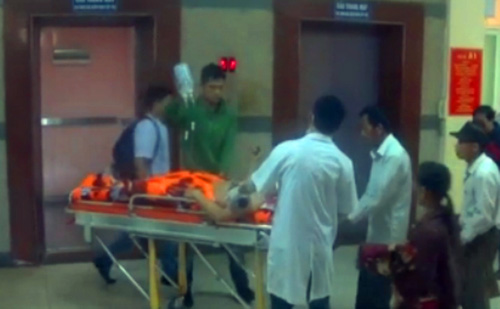 Sập giàn giáo: Thêm 1 nạn nhân phải chuyển ra BV Bạch Mai - 1