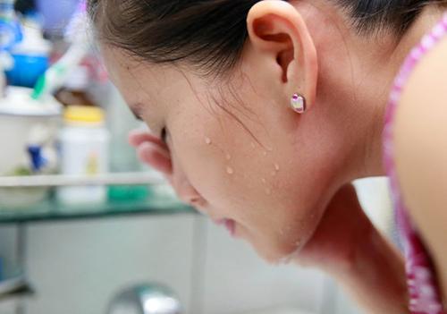 5 bước rửa mặt đúng cách chị em cần biết - 1