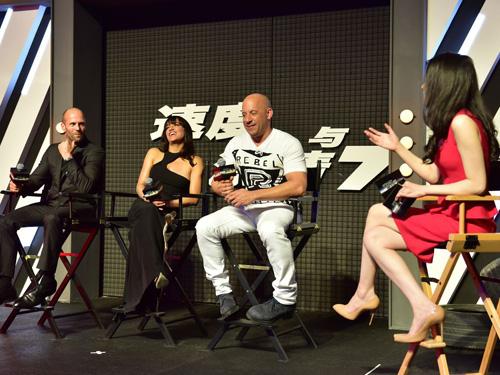 Jason Statham bảnh bao trên thảm đỏ Fast & Furious - 4