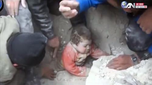 Clip cứu em bé vùi dưới đất đá lay động triệu trái tim - 1