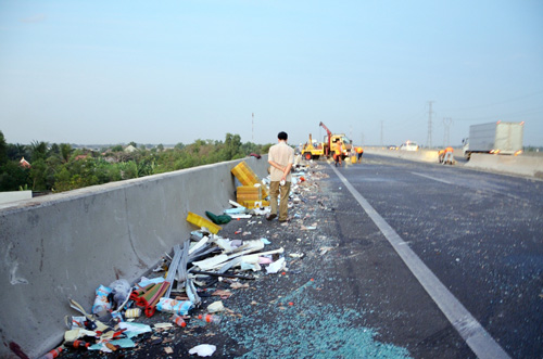 Xe khách tông 2 xe tải trên cao tốc, 10 người thương vong - 3