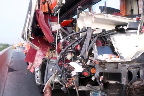 Xe khách tông 2 xe tải trên cao tốc, 10 người thương vong - 2