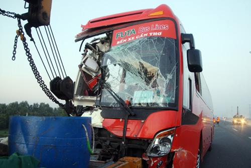 Xe khách tông 2 xe tải trên cao tốc, 10 người thương vong - 1