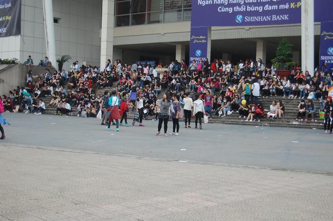 Fan Việt xếp hàng dài vào xem thần tượng - 2