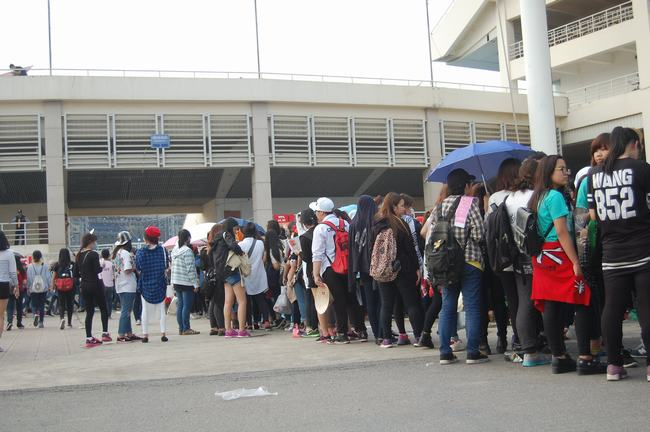 Fan Việt xếp hàng dài vào xem thần tượng - 12