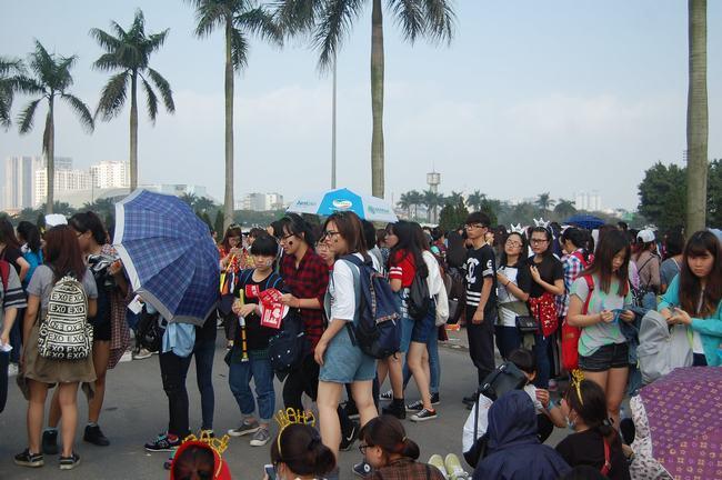 Fan Việt xếp hàng dài vào xem thần tượng - 17