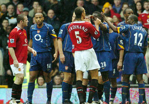 """Suarez """"cắn càn"""" lọt top 10 khoảnh khắc gây sốc NHA - 2"""