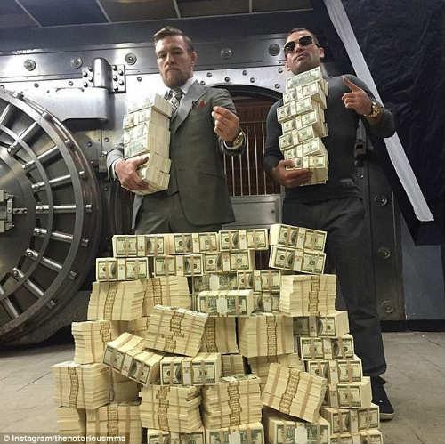 """Sao UFC khoe """"núi tiền"""" nhằm khiêu khích đối thủ - 1"""