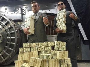 """Sao UFC khoe """"núi tiền"""" nhằm khiêu khích đối thủ"""