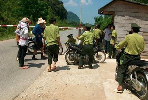 Bắt giam một kiểm lâm viên dẫn đường cho xe gỗ lậu bỏ chạy - 1