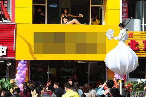 TQ: Xôn xao với dàn mẫu mặc bikini lau cửa kính - 4