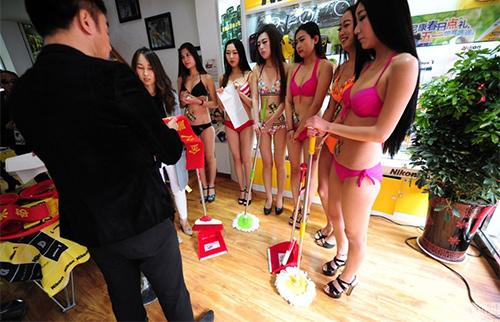 TQ: Xôn xao với dàn mẫu mặc bikini lau cửa kính - 7