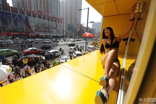 TQ: Xôn xao với dàn mẫu mặc bikini lau cửa kính - 5