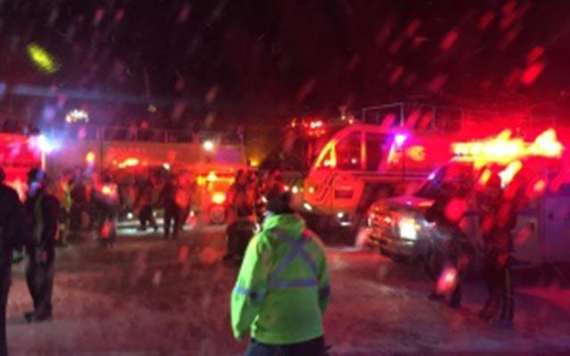 Canada: Airbus A320 chở 137 người đâm vào cột điện - 1