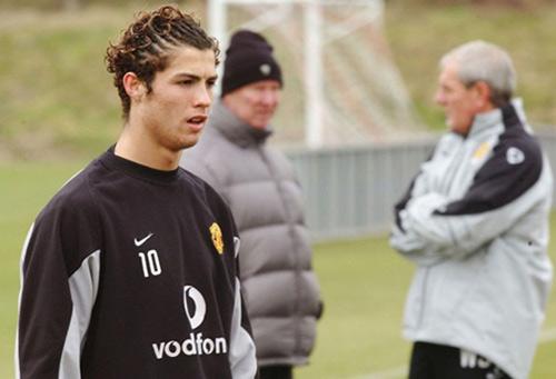 """Ronaldo trình làng kiểu tóc mới """"dị"""" lạ thường - 3"""