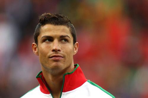 """Ronaldo trình làng kiểu tóc mới """"dị"""" lạ thường - 4"""