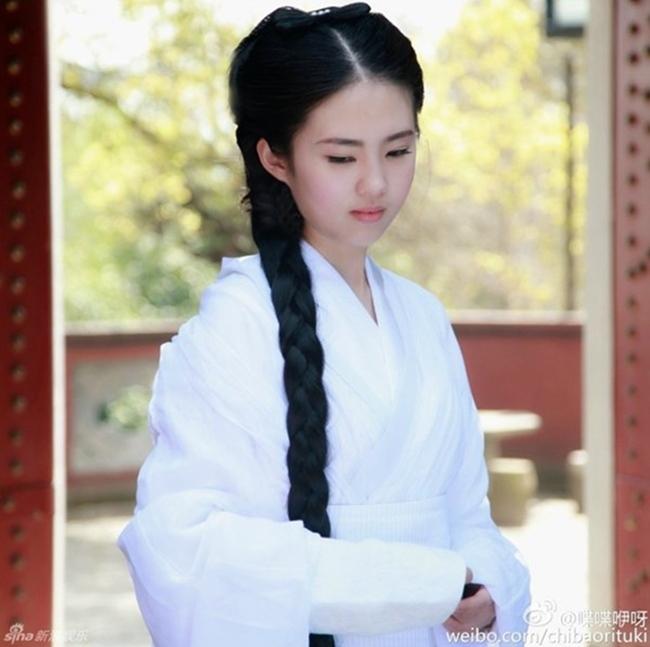Cô gái sinh năm 1993 diện bộ trang phục trắng toát giống với tạo hình Tiểu Long Nữ của Lưu Diệc Phi trong phim Thần điêu đại hiệp.