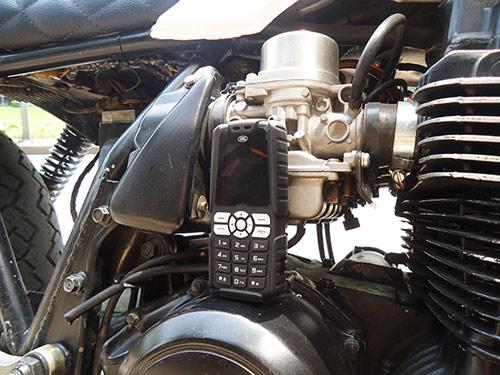 """Trên tay """"cục gạch"""" siêu bền pin dùng 20 ngày Land Rover X1 - 1"""