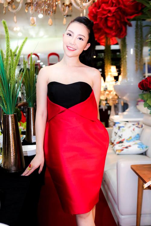 """Thời trang """"10 năm không đổi"""" của 3 người đẹp Việt - 19"""