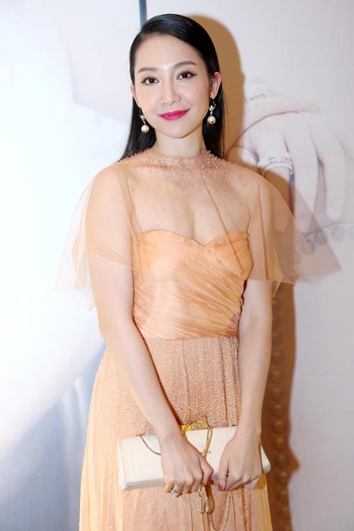 """Thời trang """"10 năm không đổi"""" của 3 người đẹp Việt - 20"""
