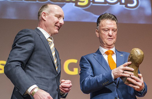"""Van Gaal nhận thưởng tại quê nhà, quyết """"chốt"""" De Jong - 1"""