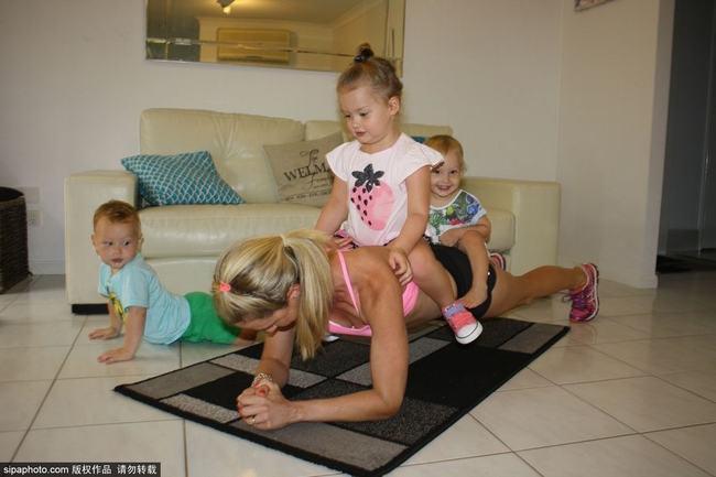 Kimberley Welman, 31 tuổi đến từ Queensland, Australia. Cô hiện là mẹ của 3 thiên thần nhỏ tuổi (2 bé trai sinh đôi và một bé gái 3 tuổi).