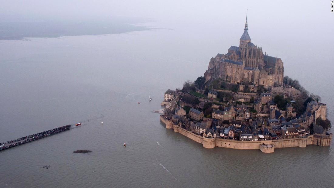 Hàng ngàn người đổ về Pháp xem 'thủy triều thế kỷ' - 1