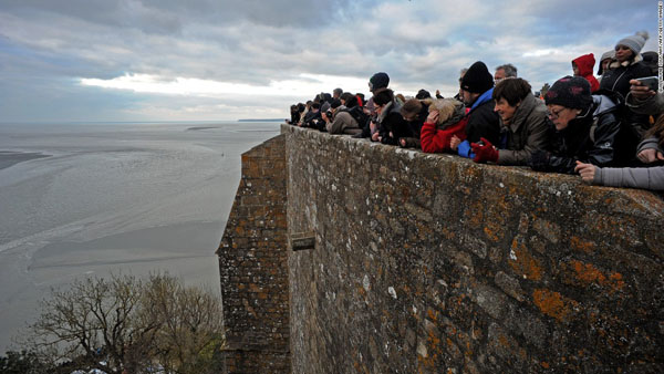 Hàng ngàn người đổ về Pháp xem 'thủy triều thế kỷ' - 3