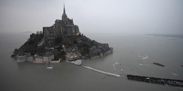 Hàng ngàn người đổ về Pháp xem 'thủy triều thế kỷ' - 4