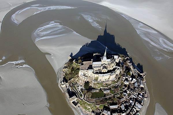 Hàng ngàn người đổ về Pháp xem 'thủy triều thế kỷ' - 6