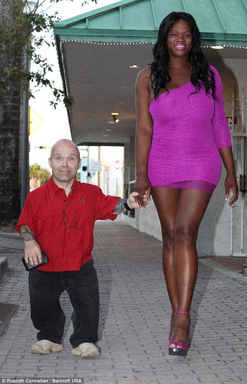 Chuyện tình chàng lùn 1m3 và nàng chuyển giới 1m9 - 1