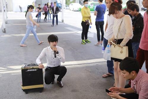 Clip chàng trai kẹo kéo hát lại bài hit của Sơn Tùng - 1