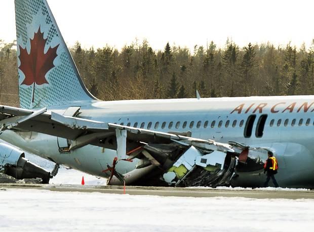 Canada: Hành khách đạp cửa máy bay A320 bỏ chạy - 2