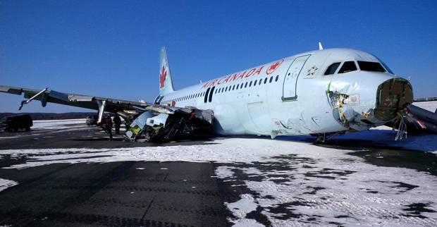 Canada: Hành khách đạp cửa máy bay A320 bỏ chạy - 1