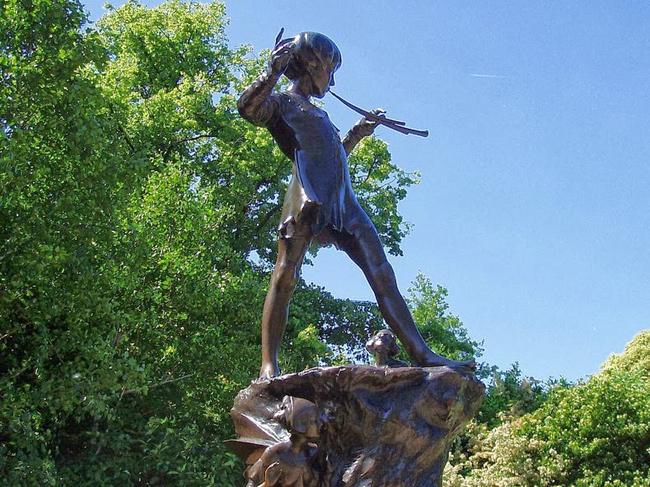 """Tượng Peter Pan ở Kensington Gardens (bên cạnh Hyde Park), London được chính """"cha đẻ"""" của tiểu thuyết Peter Pan, James Matthew Barrie lựa chọn địa điểm."""