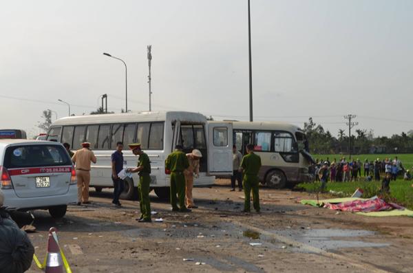 2 xe khách tông nhau lao xuống ruộng, ít nhất 5 người tử vong - 1