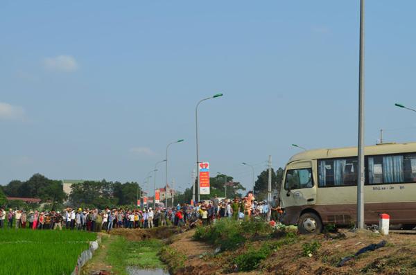 2 xe khách tông nhau lao xuống ruộng, ít nhất 5 người tử vong - 2