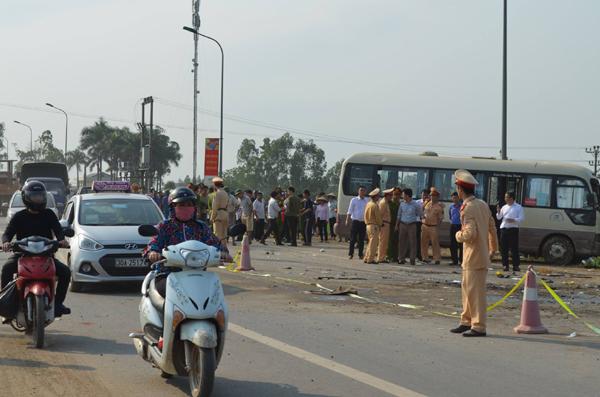 2 xe khách tông nhau lao xuống ruộng, ít nhất 5 người tử vong - 3