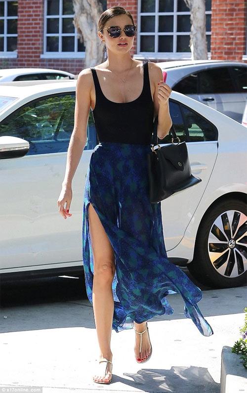 """Miranda Kerr cực gợi cảm khi """"lăng xê"""" mỹ phẩm - 3"""