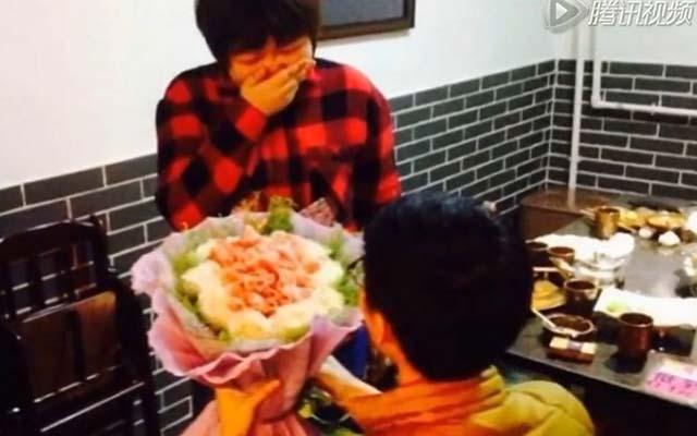 Chàng trai kết hoa bằng thịt giăm bông cầu hôn bạn gái - 1