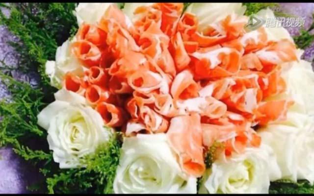 Chàng trai kết hoa bằng thịt giăm bông cầu hôn bạn gái - 3
