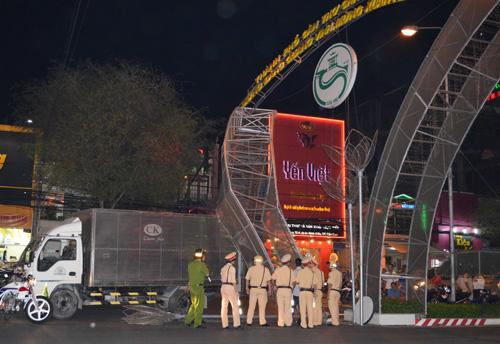 Xe tải đâm sập cổng chào đường đèn nghệ thuật ở Cần Thơ - 1