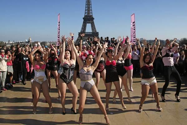 Phụ nữ Pháp tung áo lót kêu gọi phòng chống ung thư vú - 5