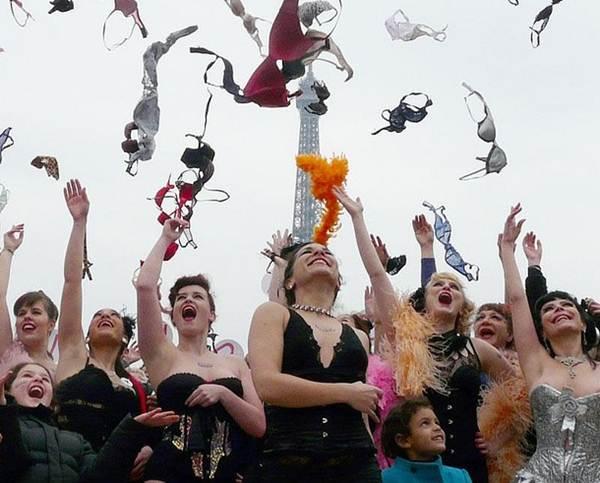 Phụ nữ Pháp tung áo lót kêu gọi phòng chống ung thư vú - 7