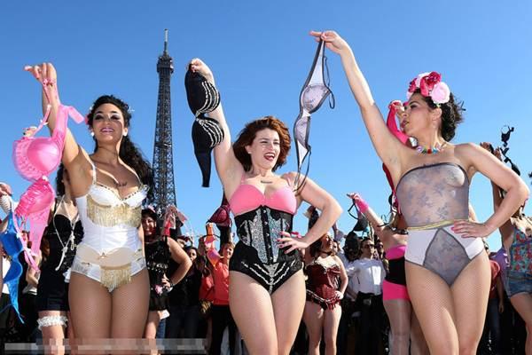 Phụ nữ Pháp tung áo lót kêu gọi phòng chống ung thư vú - 3